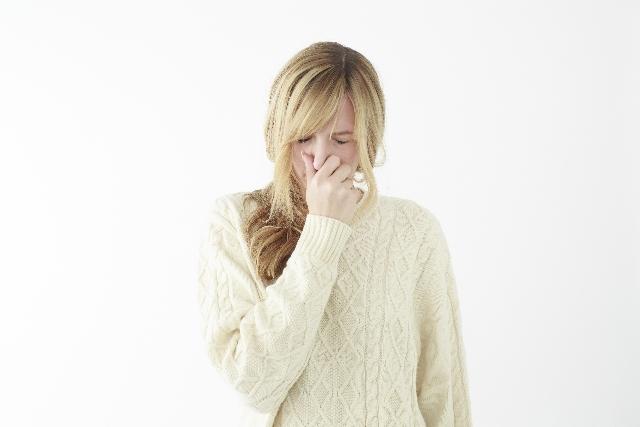 花粉に悩む女性