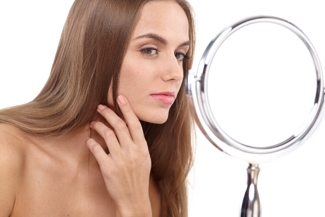 鏡を見る女性2