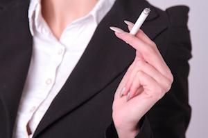 タバコを持つ女性