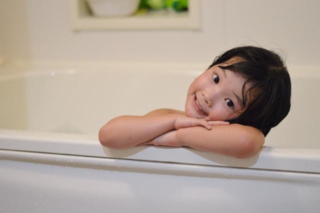 入浴する子供