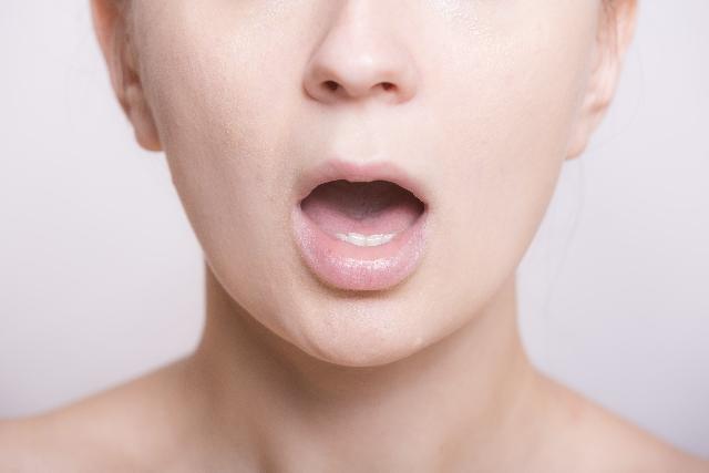 表情筋を鍛える女性