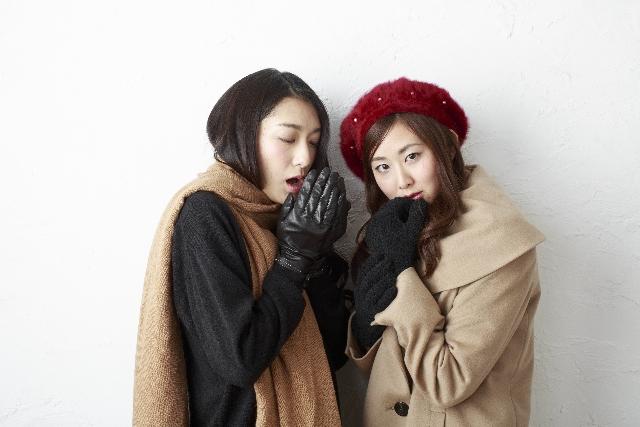 寒がる女性