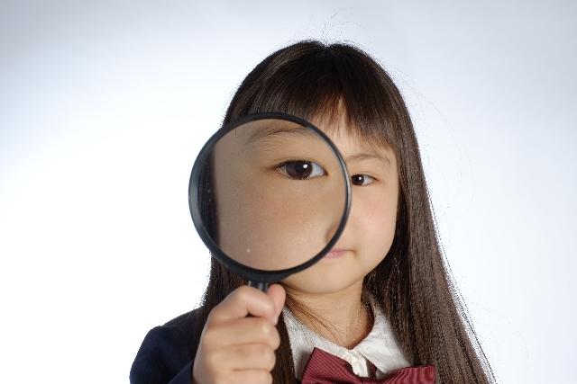 虫眼鏡を見る女の子