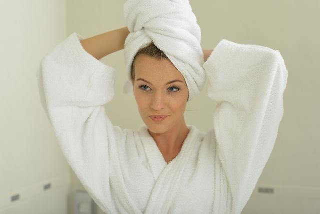 タオルを頭に巻く女性