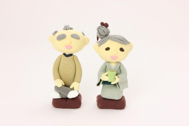正座する老夫婦