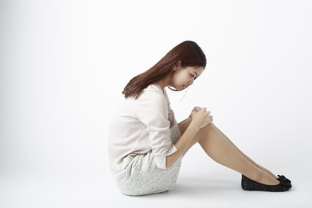 膝の黒ずみが気になる女性